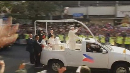 Bany de masses del papa a les Filipines