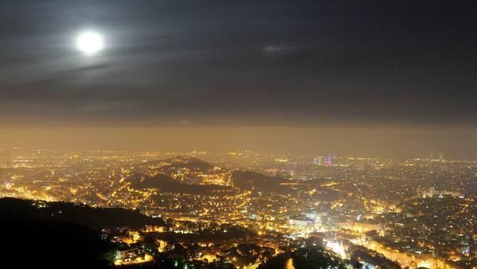 El cel nocturn de Barcelona és sis vegades més lluminós amb núvols