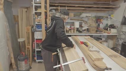 Un esquiador apassionat fabrica esquís de fusta artesanals al Pallars
