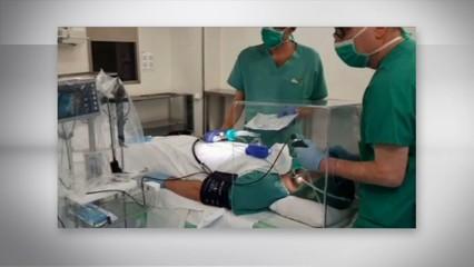 Empreses catalanes fabriquen desinteressadament cubs de metacrilat per protegir els professionals sanitaris de la Covid-19 durant les intubacions