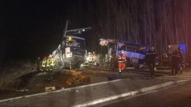 Almenys 4 menors morts i 20 ferits pel xoc entre un autobús escolar i un tren, prop de Perpinyà