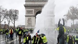 Macron cedeix als Armilles Grogues