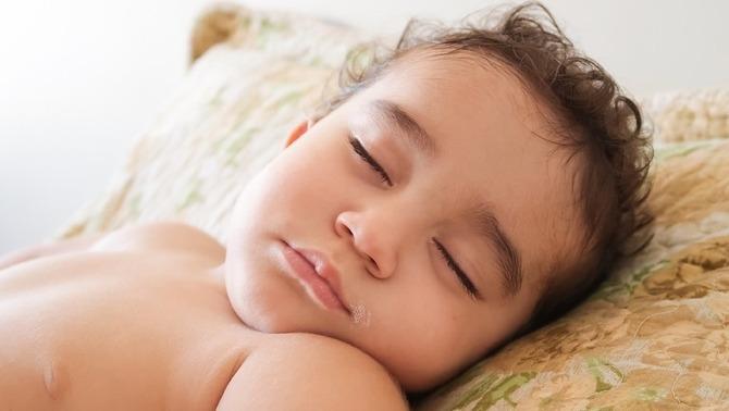 Un estudi afirma que els nens dormen més i millor si prenen sòlids des dels 3 mesos