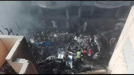 Un avió s'estavella a Karachi, al Pakistan