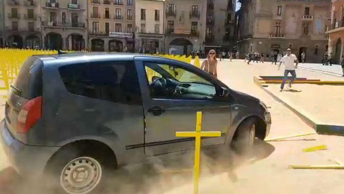 Un cotxe envesteix les creus grogues pels presos i exiliats plantades a Vic