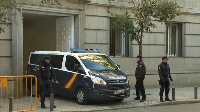 El jutge no dirà fins dilluns si deixa en llibertat els consellers cessats i els Jordis