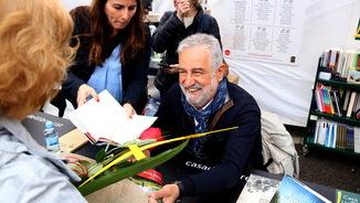 Rafel Nadal saluda una lectora del seu llibre 'El fill de l'italià' durant la diada de Sant Jordi. Imatge del 23 d'abril de 2019. (Horitzontal)