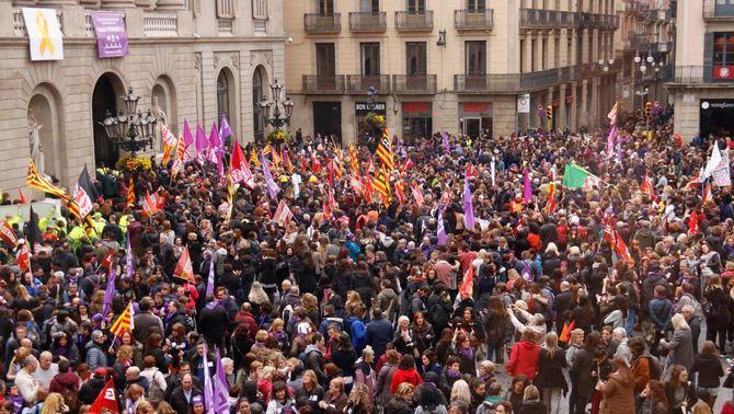 Milers de dones es manifesten aquest 8M contra la desigualtat al centre de Barcelona