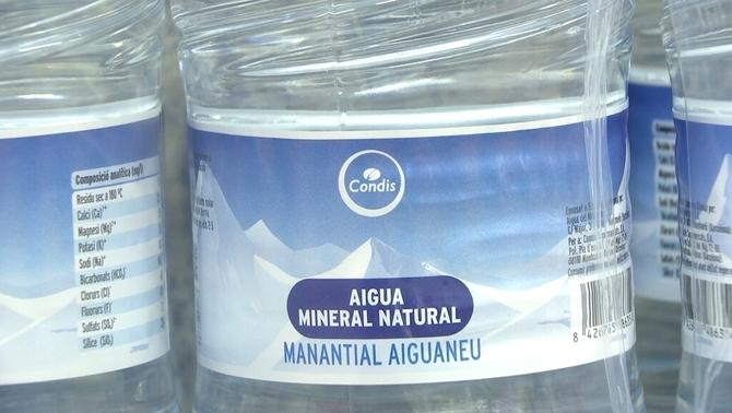 Una segona afectada per beure aigua de les marques amb envasos retirats