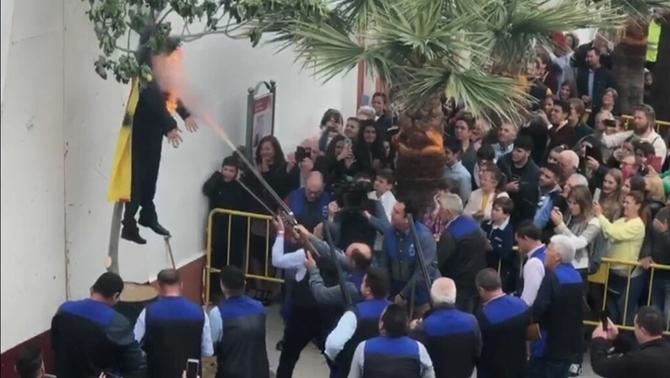 Linxen, cremen i disparen contra una figura de Puigdemont en un poble de Sevilla