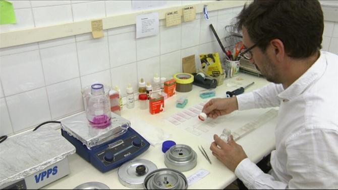 Professional analitzant proves d'al·lèrgia a laboratori