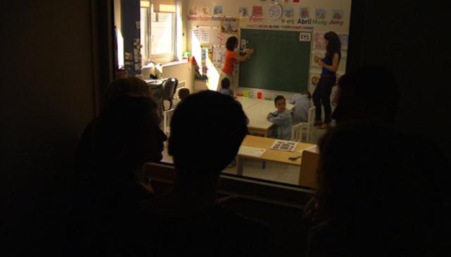 Observació a través del vidre d'una classe especial a la Fundació Adana.