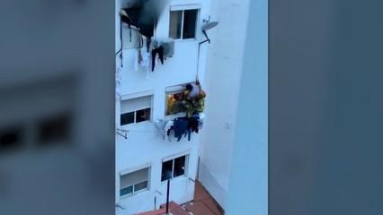 Una dona rescatada de l'incendi a l'Hospitalet de Llobregat