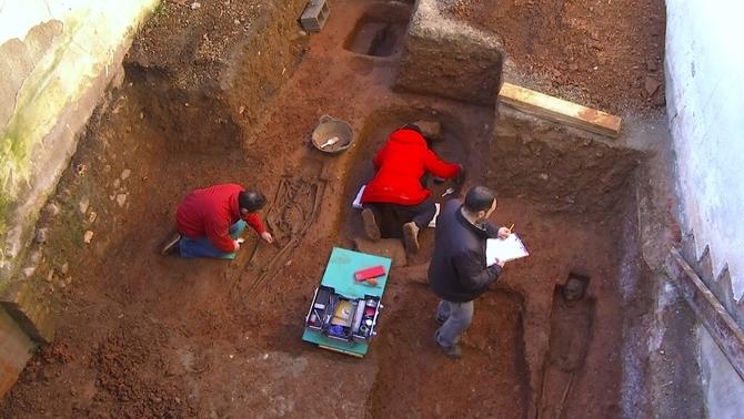 Troben esquelets de fa mil anys quan feien reformes al pati de casa