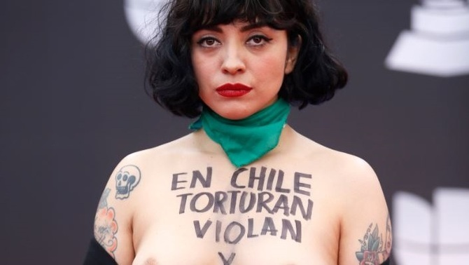 """La cantant Laferte denuncia la situació de Xile als Grammy: """"Torturen, violen i maten"""""""