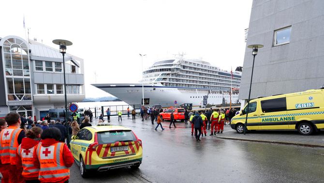 El creuer avariat a la costa de Noruega arriba a bon port a Molde