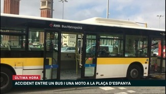Accident entre una moto i un bus a Barcelona