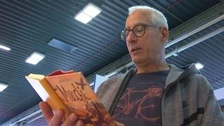 """David Cirici, a la Fira del Llibre de Bolonya, llegint la traducció de """"Molsa"""" a l'italià"""