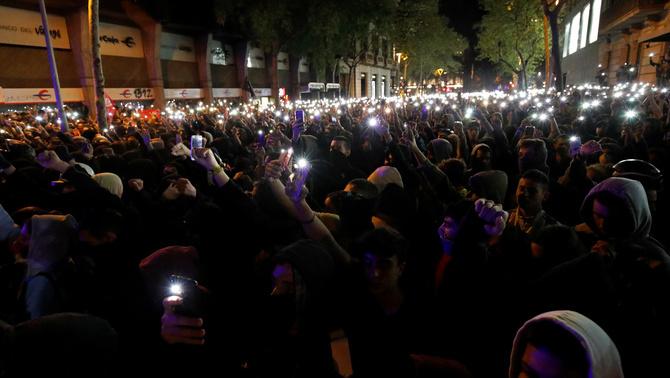 Multitudinària protesta a la delegació del govern espanyol a Barcelona contra la sentència
