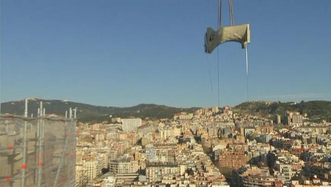 Operació d'altura a la Sagrada Família: munten els ponts dels evangelistes
