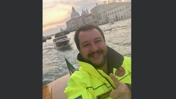 La fotografia que Salvini ha penjat a Twitter durant la seva visita a Venècia, una de les zones més afectades pel temporal