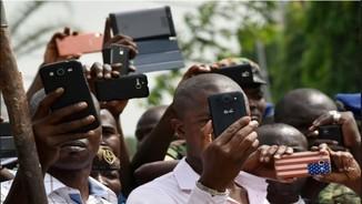 Àfrica: joves armats amb telèfons a ritme de rap