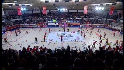 Pluja de peluixos solidària al Reus-Barça