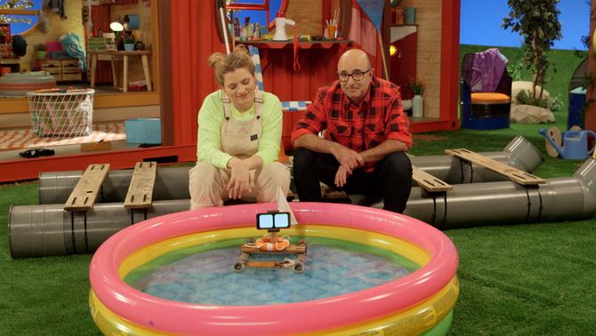 """La Juliana i el Rafel construeixen un patinet per anar per l'aigua al """"Món Maker""""."""
