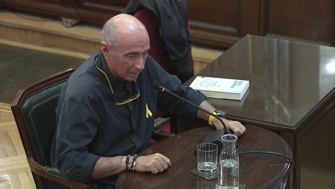 """Llach is """"terribly sorry"""" for having suggested climbing onto the Guardia Civil patrol car to the Jordis"""