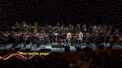 """Els Amics de les Arts canten """"Per molts anys"""""""