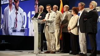 El politòleg Ferran Requejo, amb els altres sis acadèmics i experts, durant el balanç del referèndum, l'1-10-17 (horitzontal).