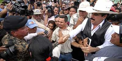 Zelaya trepitja sòl hondureny durant unes hores en un gest simbòlic