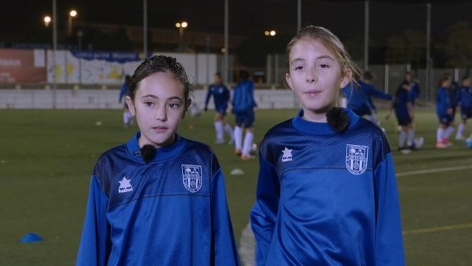 Dues nenes impulsen el boom del futbol femení de base a Bellvitge