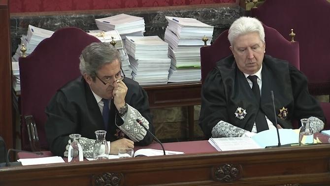 Els fiscals Javier Zaragoza i Fidel Cadena, durant l'interrogatori al guàrdia civil que va ser a Economia el 20S