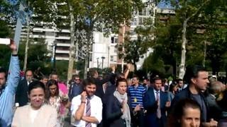 Treballadors de La Caixa tallen la Diagonal de Barcelona en una aturada l'endemà de l'1-O