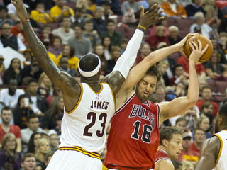LeBron James i  Pau Gasol durant el partit al Value City Arena. (Foto: Reuters)