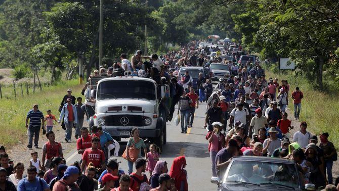 Una caravana de 3.000 migrants marxa d'Hondures als EUA sota les amenaces de Trump
