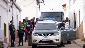 Agents de la Guàrdia Civil inspeccionen una casa del carrer on vivia la jove assassinada (EFE)