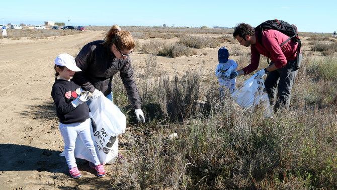 250 persones recullen quatre tones de plàstic al Parc Natural del Delta de l'Ebre