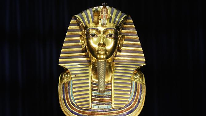 Enganxen amb cola de contacte la màscara d'or de Tutankamon