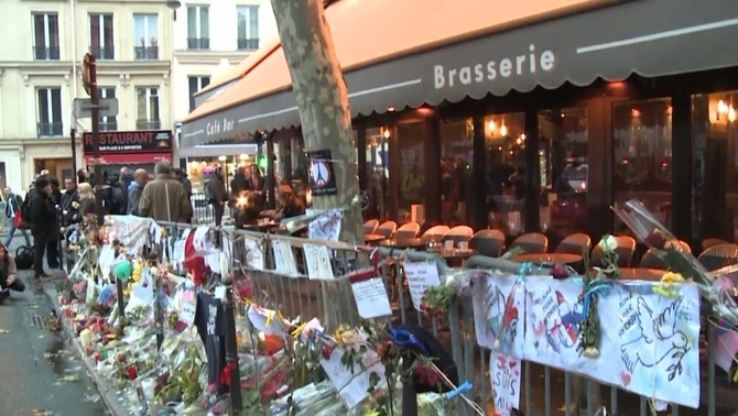Reobre el primer dels sis locals de París afectats pels atacs terroristes del 13 de novembre