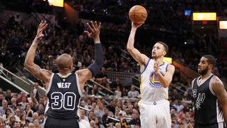 Stephen Curry llança davant la presència de David West (Reuters)