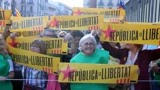"""""""Contra el xantatge del 155"""". Paluzie i la germana de Dolors Bassa a les concentracions"""