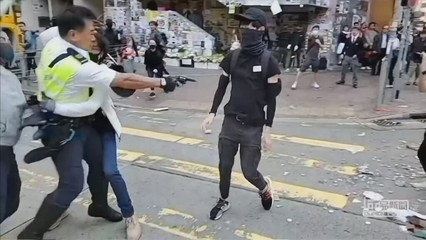 Un policia dispara contra un manifestant a boca de canó a Hong Kong
