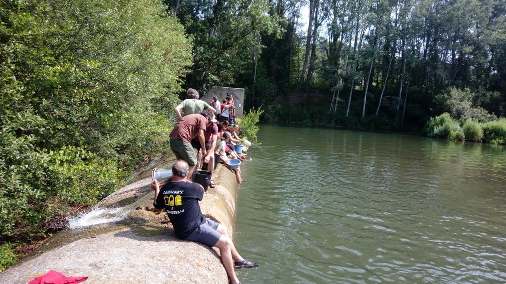 Ecologistes denuncien amb palanganes d'aigua el transvasament del pantà de Siurana a Riudecanyes