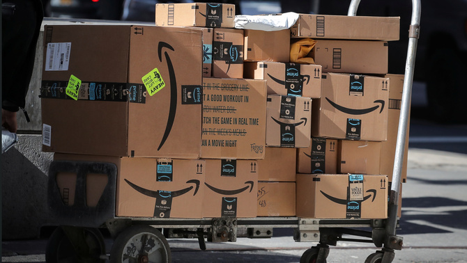 Carretó ple de paquets d'Amazon a Nova York (Reuters)