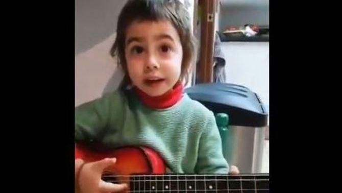 #Elpirataéselmeuamic, una nena de 3 anys s'inventa una cançó i la xarxa la versiona