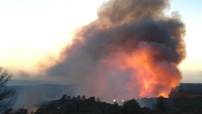 L'incendi de la Ribera d'Ebre crema sense control i es tem que pugui afectar 20.000 hectàrees