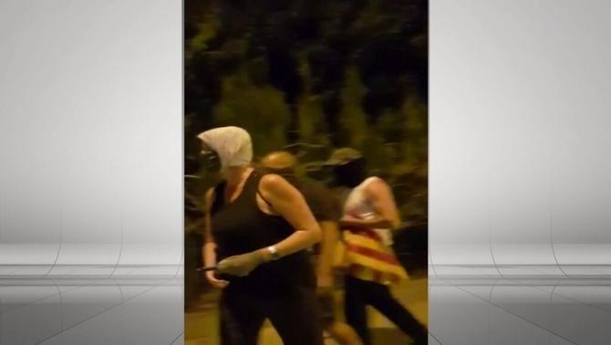 Un grup d'encaputxats despenja estelades a Verges i amenaça els veïns