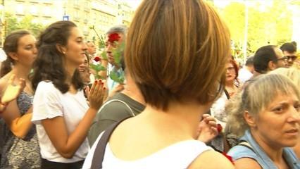 Les roses omplen el centre Barcelona en un crit per la pau